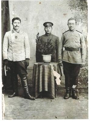 На фото слева - Трухин Я.Е. после возвращения из японского плена